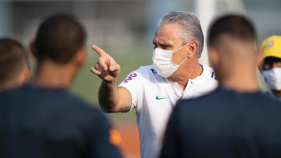 Tite durante treino da seleção na Granja Comary - Lucas Figueiredo/CBF