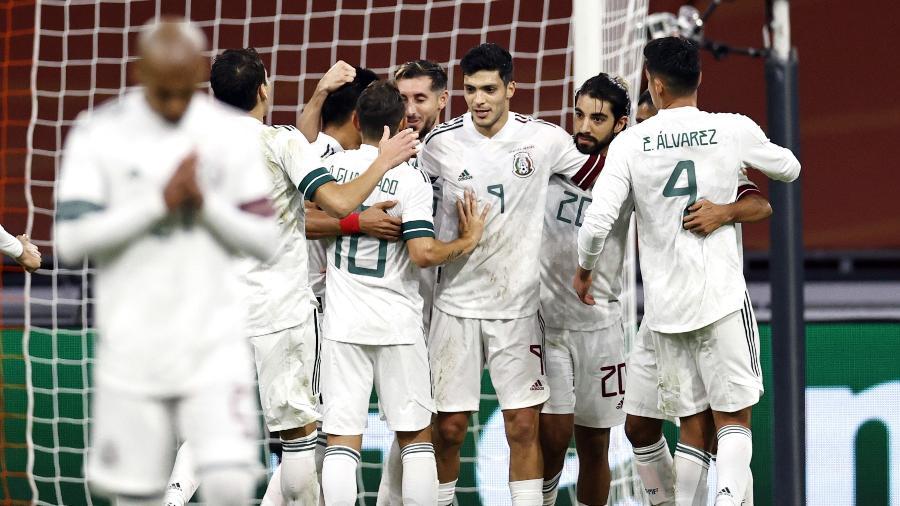 Jimenez (camisa 9) comemora gol do México contra a Holanda - ANP Sport via Getty Images
