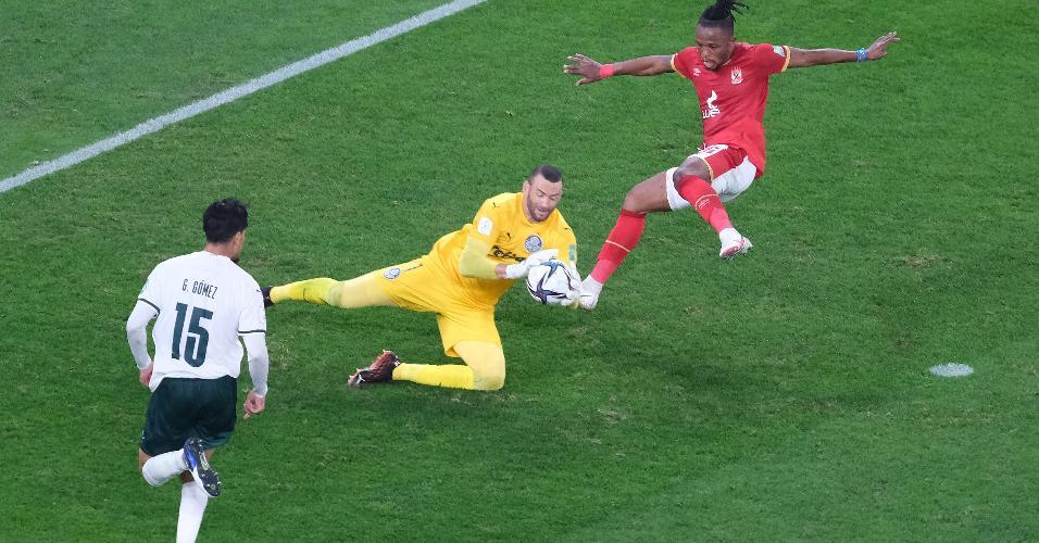 Weverton faz defesa durante a partida entre Palmeiras e Al Ahly