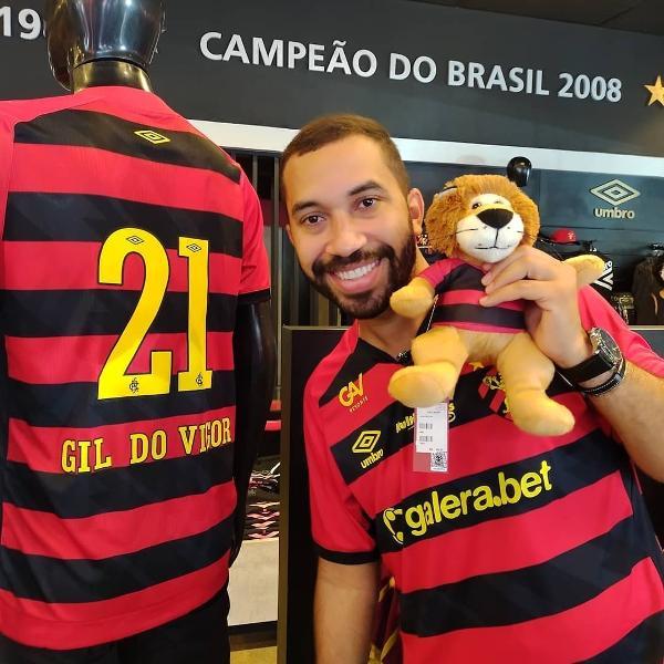 Ex-BBB Gil do Vigor posa com a camisa do Sport