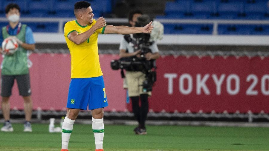 Paulinho comemora quarto gol do Brasil contra a Alemanha fazendo o movimento de flecha, saudação que representa o orixá Oxóssi - Reprodução/CBF