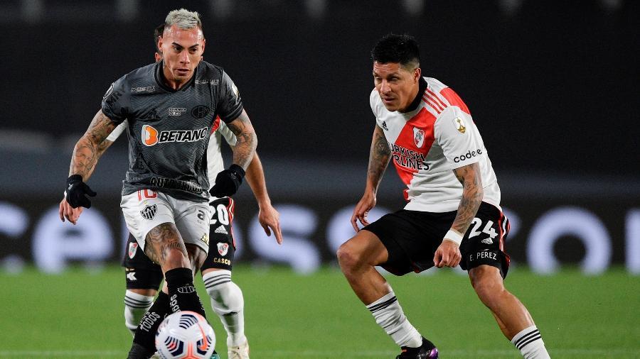 Eduardo Vargas e Enzo Perez disputam lance na partida entre Atlético-MG e River Plate - EFE/EPA/JUAN MABROMATA / POOL