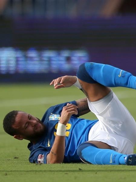 Neymar fica caído no gramado em lance da partida entre Brasil e Colômbia pelas Eliminatórias - REUTERS/Luisa Gonzalez