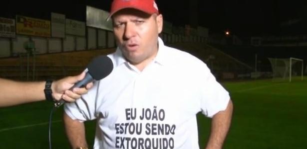 O técnico e dono do Guaratinguetá, João Telê, utilizando camiseta contra site esportivo - Arquivo pessoal