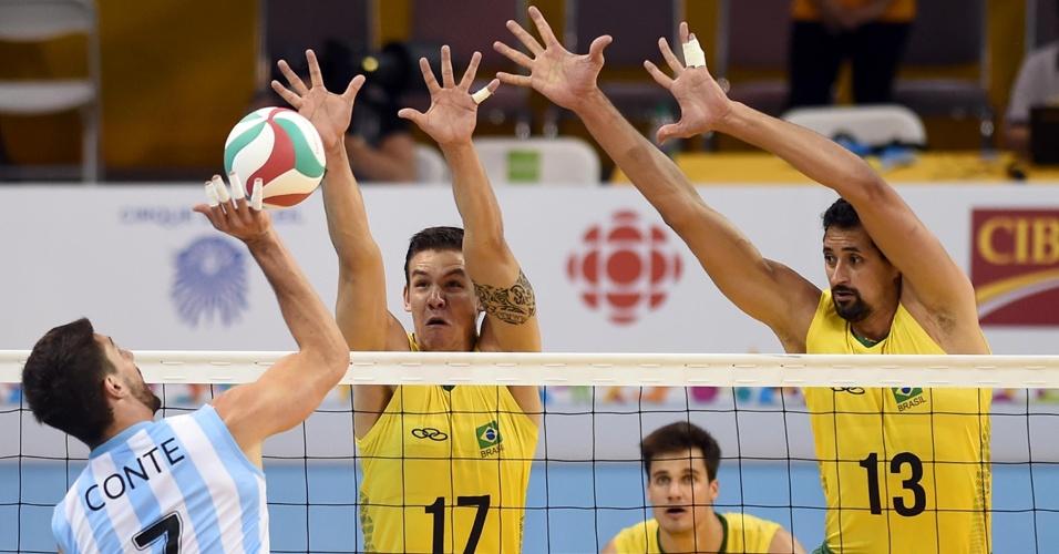 Brasileiros sobem no bloqueio para parar o ataque argentino com Conte, na disputa pela medalha de ouro do vôlei no Pan de Toronto