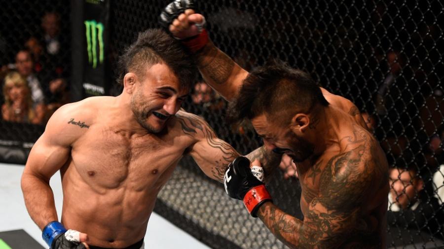 John Lineker (esq.) troca golpes com Francisco Rivera, em combate no UFC 191, neste sábado (5); o brasileiro venceu o norte-americano por finalização - Jeff Bottari/Zuffa LLC/Zuffa LLC via Getty Images