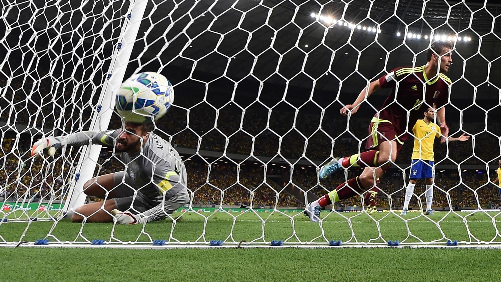 Venezuelano Christian Santos marca o único gol contra o Brasil no Castelão