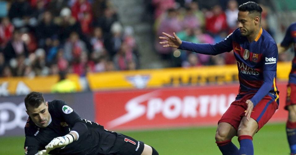 Neymar tenta finalização contra o Sporting de Gijón pelo Campeonato Espanhol