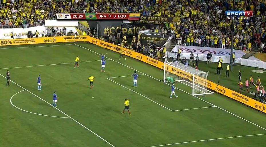 Alisson falha e Equador marca, mas juiz marca a saída de bola