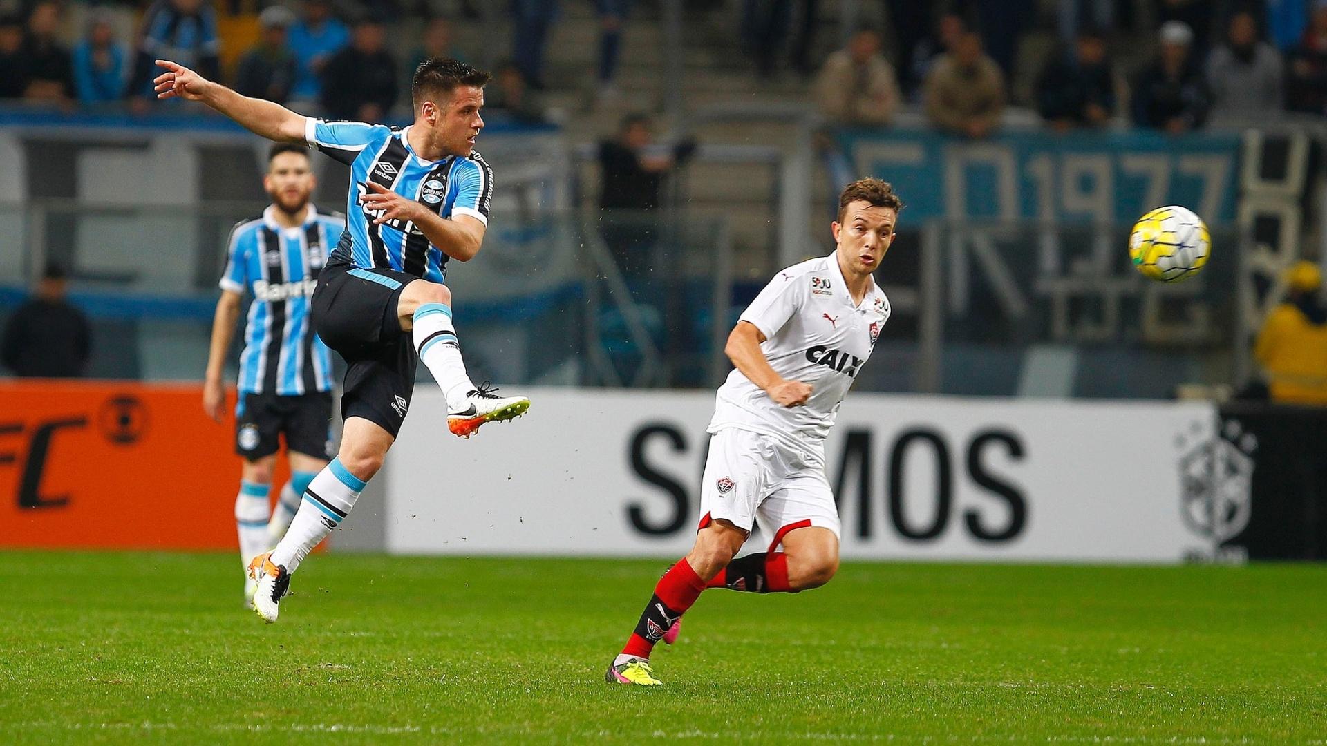 Ramiro afasta a bola de Dagoberto no confronto entre Grêmio e Vitória