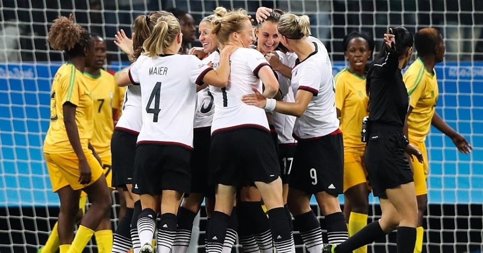 Jogadoras alemãs comemoram o gol de Sara Daebritz, o primeiro contra o Zimbábue
