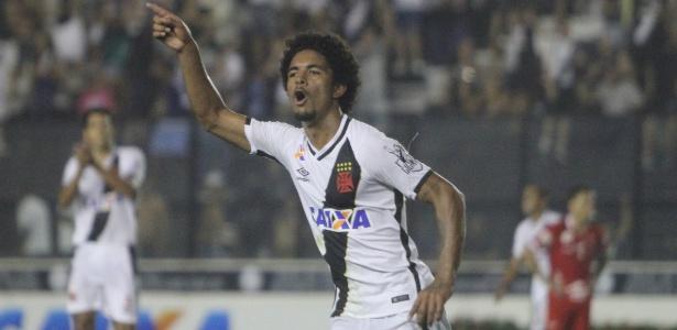 Douglas Luiz comemora seu primeiro gol como profissional: foi uma pintura!