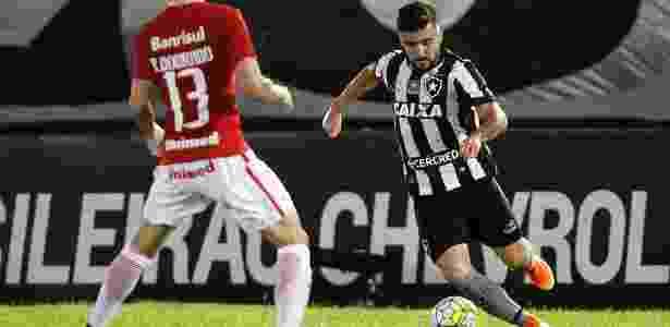 Victor Luis carrega a bola pelo Botafogo em jogo contra o Internacional no Brasileiro - Vítor Silva/SSPress/Botafogo