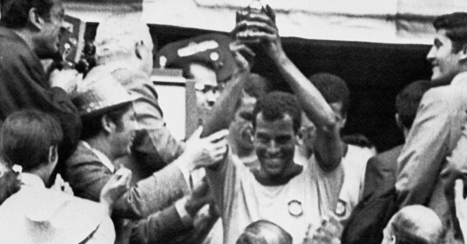 Carlos Alberto levanta a taça conquistada pela seleção brasileira na Copa do Mundo de 1970, no México