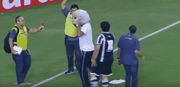 Lisca rouba a cabeça do mascote do Ceará em comemoração  - Reprodução - Reprodução