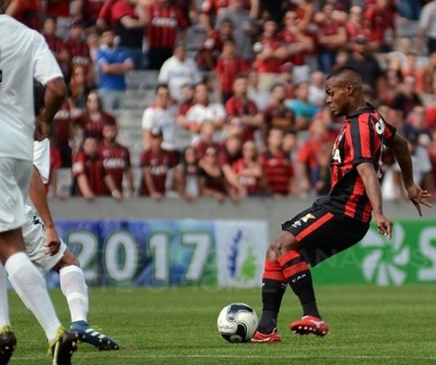 Lance do jogo entre Atlético-PR e PSTC