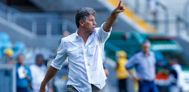 Renato Gaúcho gesticula em partida do Grêmio contra o Veranópolis, na Arena