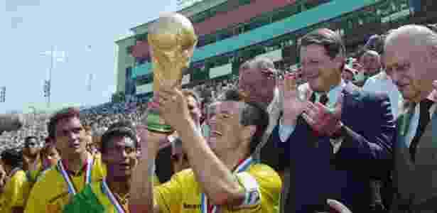 Romário e Dunga comemoram o tetra campeonato mundial do Brasil  - Getty Images North America - Getty Images North America