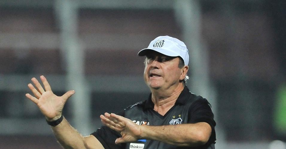Levir Culpi orienta jogadores do Santos contra o Flamengo na Arena da Ilha