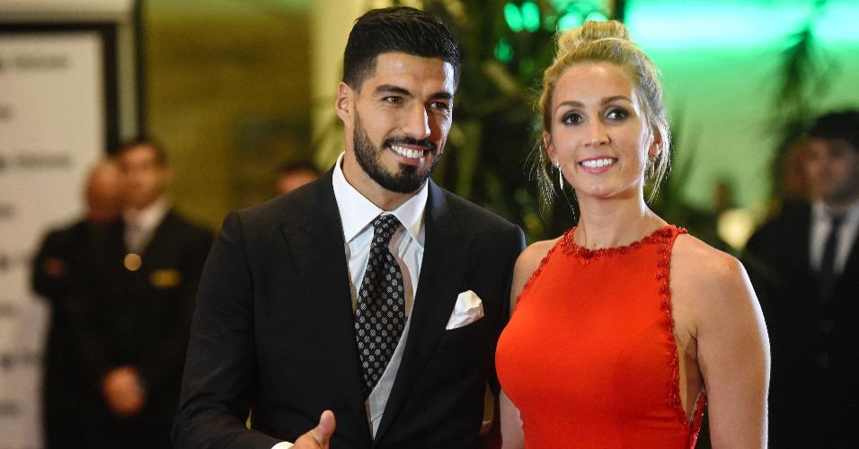 Luis Suárez posa com a mulher Sofia Balbi após o casamento de Messi