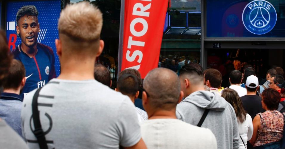 Aglomeração em frente à loja oficial do PSG