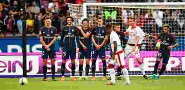 Malcom bate falta para o Bordeaux em jogo contra o PSG - AFP PHOTO / CHRISTOPHE SIMON - AFP PHOTO / CHRISTOPHE SIMON