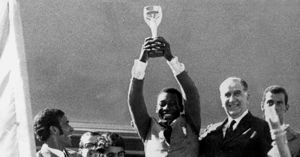 Pelé levanta a Taça Jules Rimet conquistada na Copa do Mundo. Ao lado, o presidente Emílio Garrastazu Médici