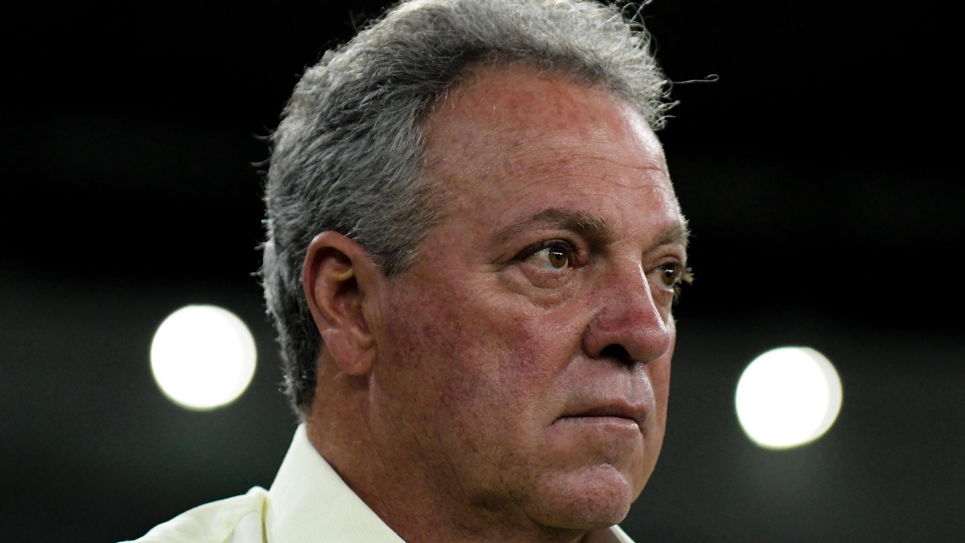 O técnico Abel Braga comanda o Fluminense contra o Coritiba