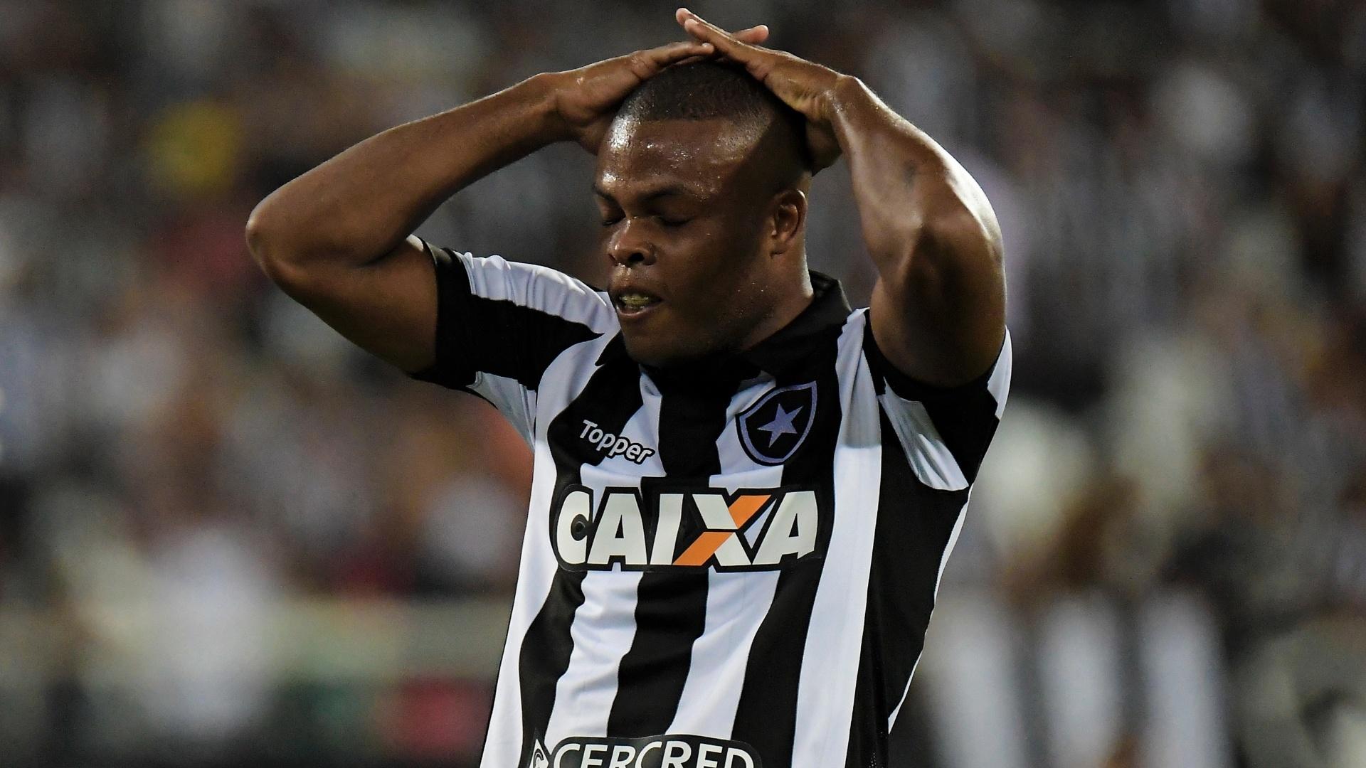 Vinicius Tanque lamenta chance desperdiçada pelo Botafogo contra o Atlético-GO, no Nilton Santos