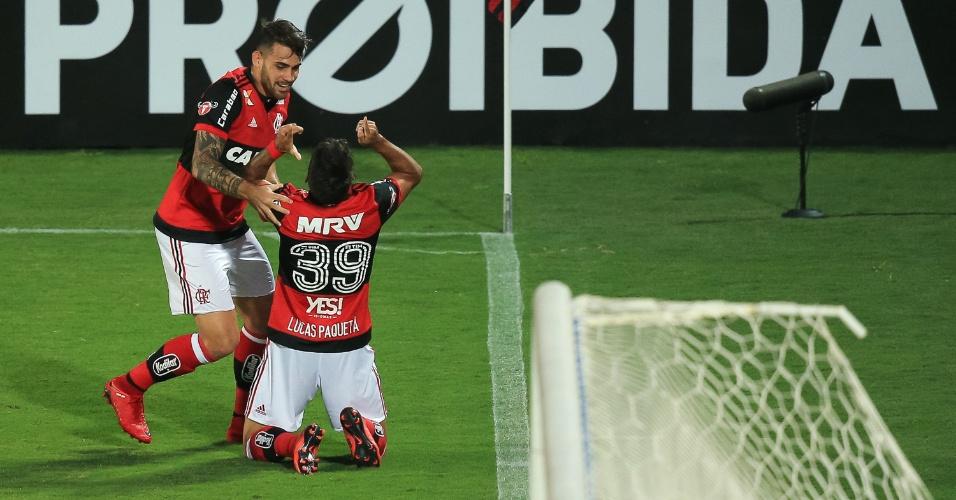 Lucas Paquetá comemora com Felipe Vizeu gol do Flamengo contra o Santos pelo Brasileirão