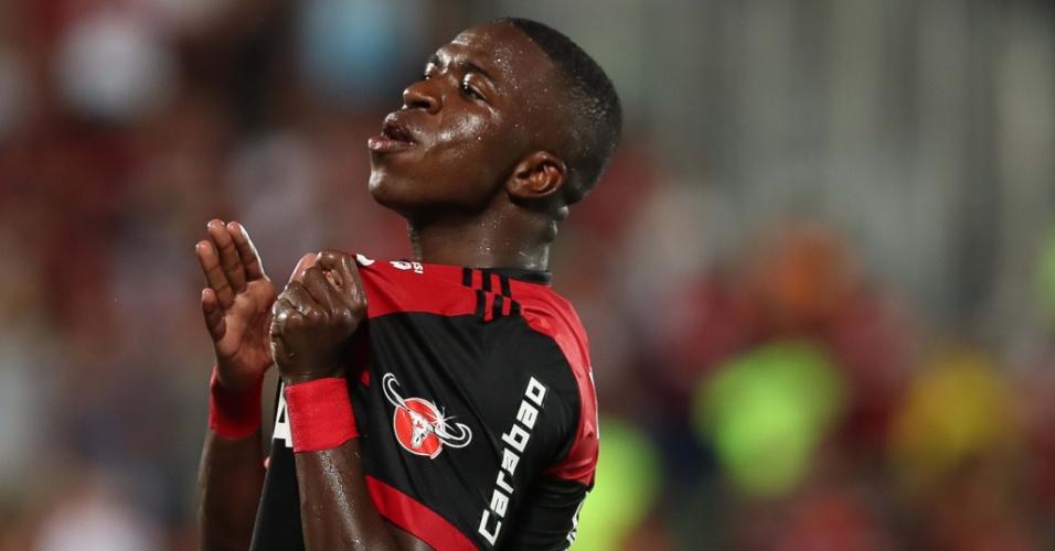 Vinícius Junior comemora gol marcado para o Flamengo contra Cabofriense