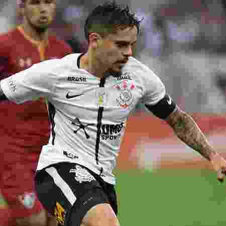 Fagner conduz a bola durante a partida entre Corinthians e Fluminense - Daniel Vorley/AGIF - Daniel Vorley/AGIF