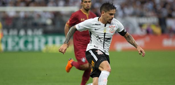 Fagner conduz a bola durante a partida entre Corinthians e Fluminense