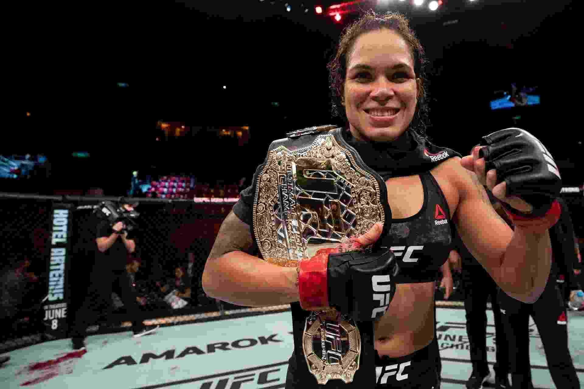 Brasileira Amanda Nunes venceu americana Pennington e manteve o cinturão do UFC - Buda Mendes/Zuffa LLC/Getty Images