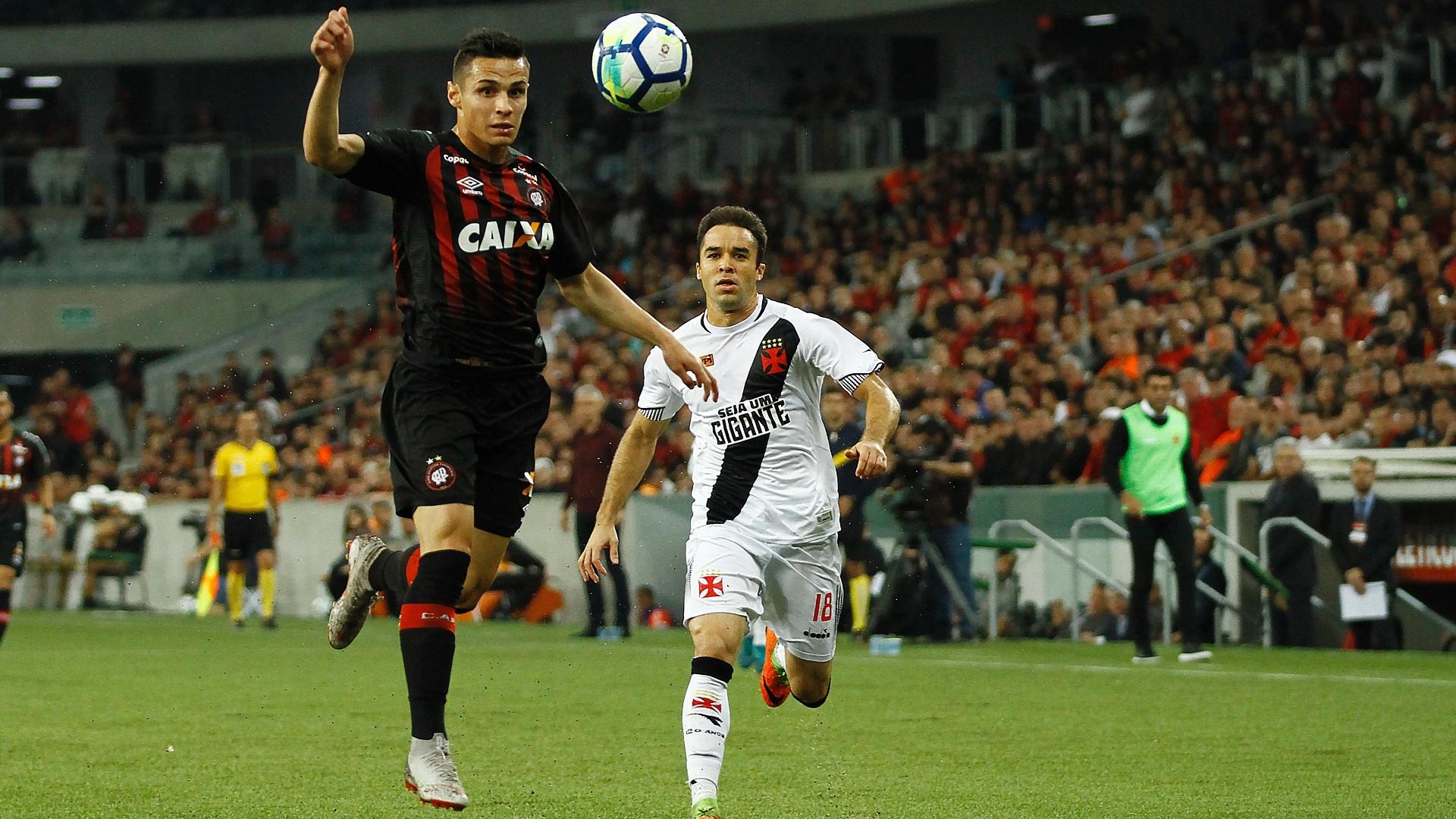 Raphael Veiga domina bola durante Atlético-PR x Vasco, pelo Campeonato Brasileiro