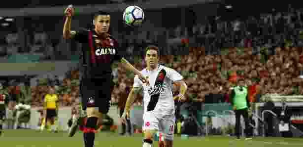 Raphael Veiga domina bola durante Atlético-PR x Vasco, pelo Campeonato Brasileiro - GUILHERME ARTIGAS/FOTOARENA/ESTADÃO CONTEÚDO - GUILHERME ARTIGAS/FOTOARENA/ESTADÃO CONTEÚDO