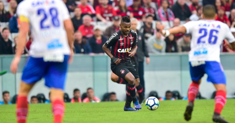 Nikão, do Atlético-PR, tenta jogada durante duelo contra o Bahia na Arena da Baixada