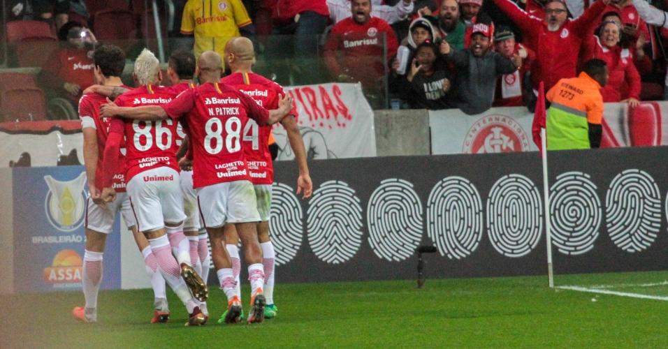 Jogadores do Internacional comemoram segundo gol contra o Flamengo