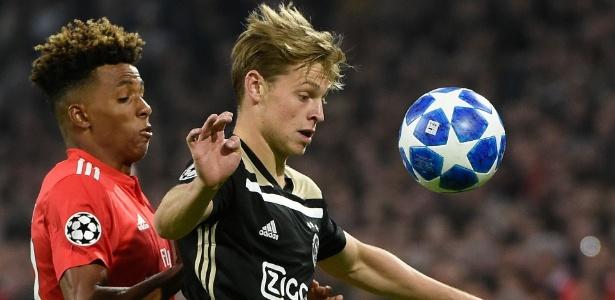 Nesta temporado do Campeonato Holandês, Frankie de Jong (à dir.) atuou em 15 partidas e marcou 4 gols