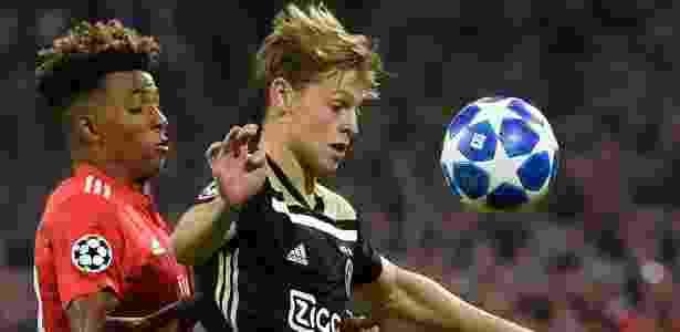 Frenkie de Jong (à dir.) é marcado por Gedson Fernandes no jogo entre Ajax e Benfica - JOHN THYS / AFP