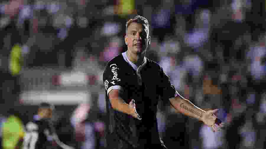 Maxi López gesticula durante partida do Vasco contra o Internacional no Brasileirão - Thiago Ribeiro/AGIF