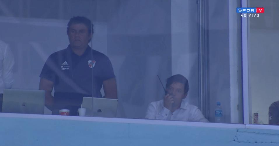 Técnico do River Plate, Marcelo Gallardo usa rádio para se comunicar com auxiliar