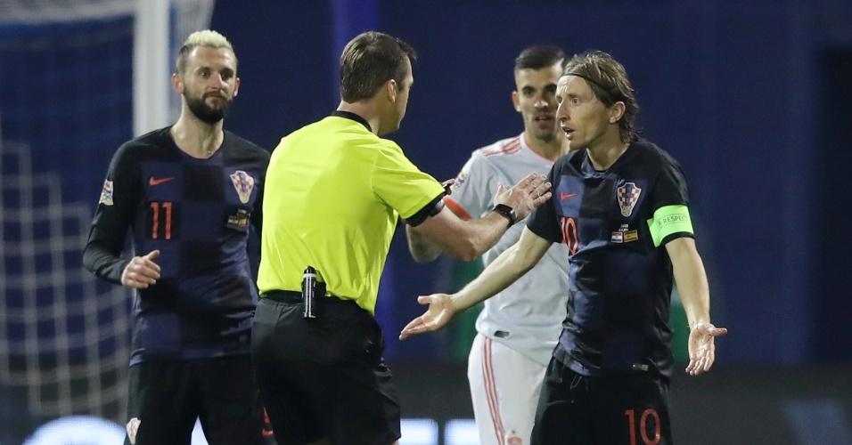 Modric reclama com árbitro durante amistoso entre Croácia e Espanha