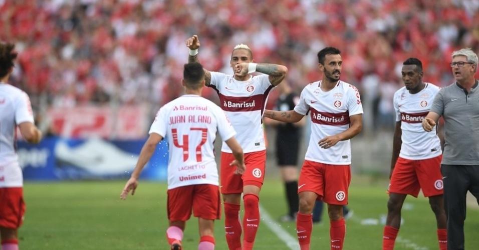 Jonatan Alvez comemora gol do Internacional diante do Paraná Clube pela 38ª rodada do Campeonato Brasileiro