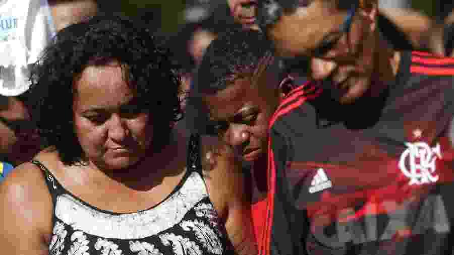 Marilia Silva (e), mãe do zagueiro Arthur Vinicius, durante enterro de seu filho único - Adriano Wilkson/UOL