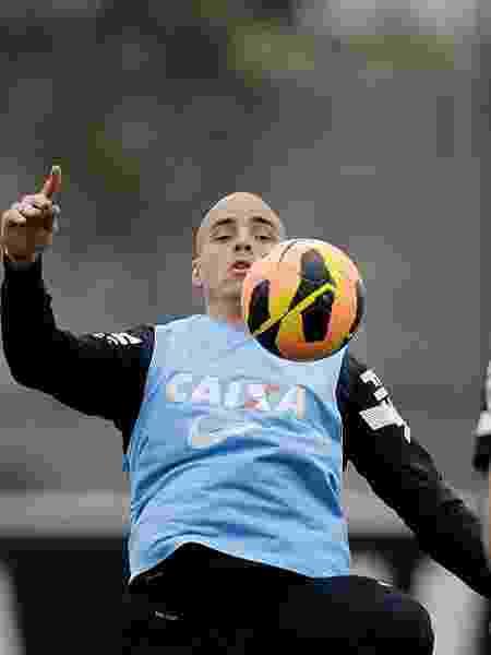 19.09.13 - Julio César domina a bola durante treino do Corinthians - Reinaldo Canato/UOL - Reinaldo Canato/UOL