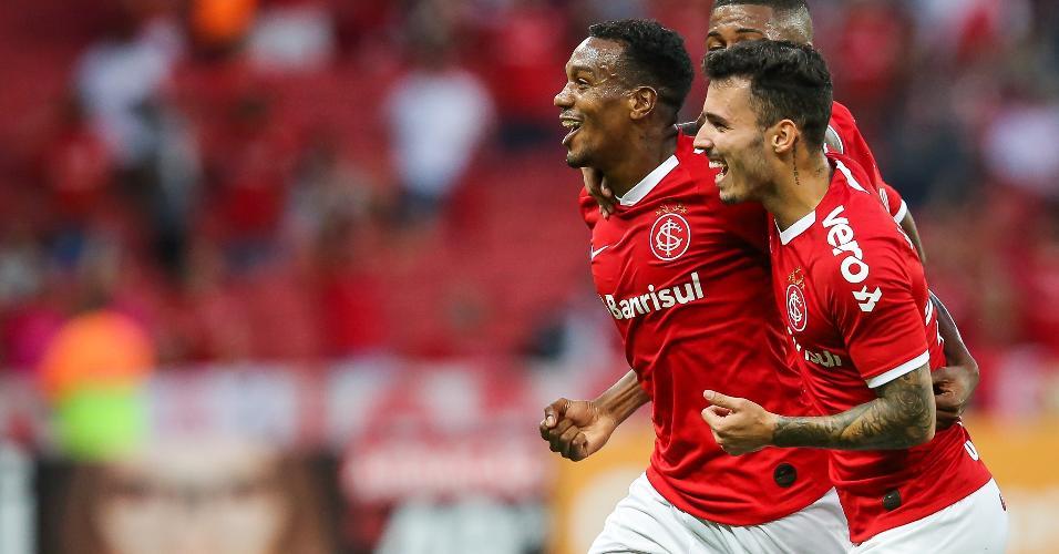 Edenílson comemora após fazer belo gol na partida entre Internacional X CSA pelo Campeonato Brasileiro