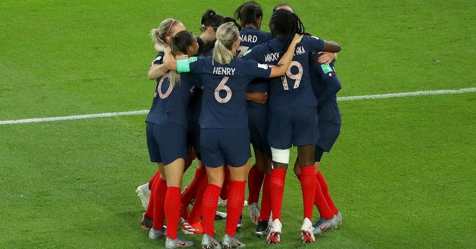 Jogadoras da seleção da França comemoram gol em jogo contra a Coreia do Sul na abertura da Copa do Mundo