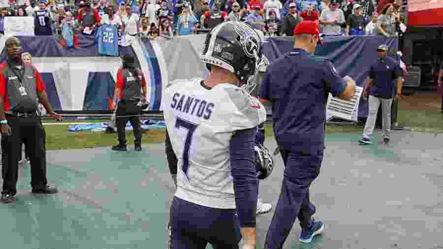 Cairo Santos deixa o campo após errar quatro chutes na derrota do Tennessee Titans para o Buffalo Bills - Frederick Breedon/Getty Images/AFP