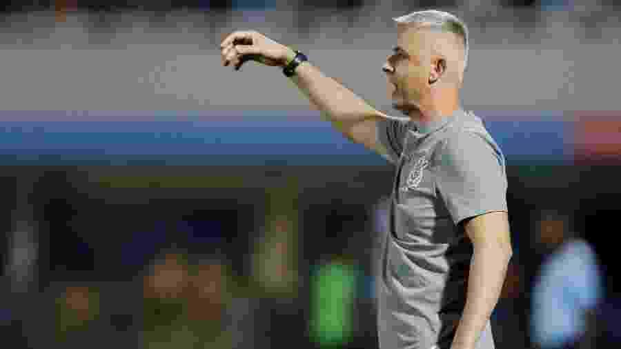 Tiago Nunes comanda o Corinthians contra o Guaraní, pela Libertadores. Time foi eliminado antes da fase de grupos - Jorge Adorno/Reuters